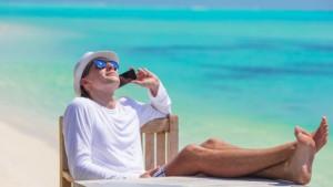 vacances-mer-plage-vacanciers-telephone-smartphone-portable-11431082fpmyk_1713